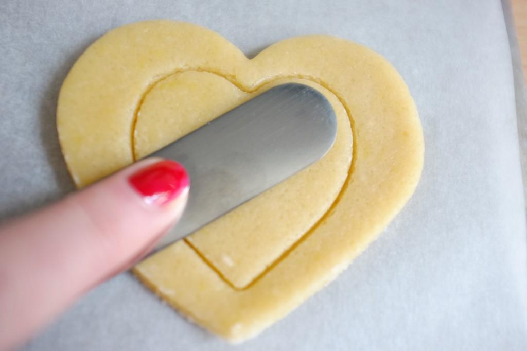 un p'tit coeur dans un grand coeur ! j'appelait à l'aide d'une spatule pour laisser de la place au glaçage litchi-framboise