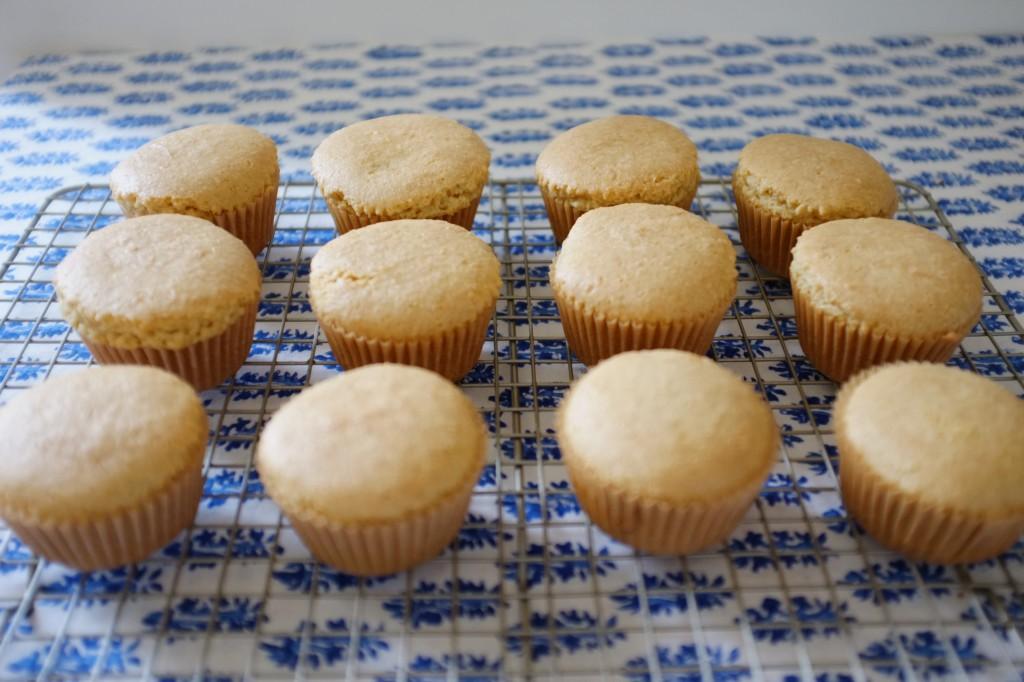 Les muffins refroidissent sur une grille