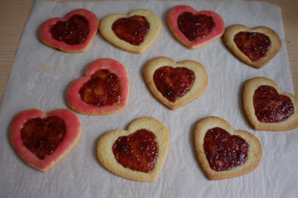 Les biscuits sans gluten litchi-framboise en préparation
