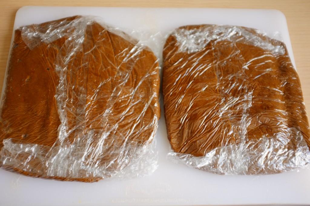 La pâte est divisé en deux parts et enveloppées dans du film fraicheur