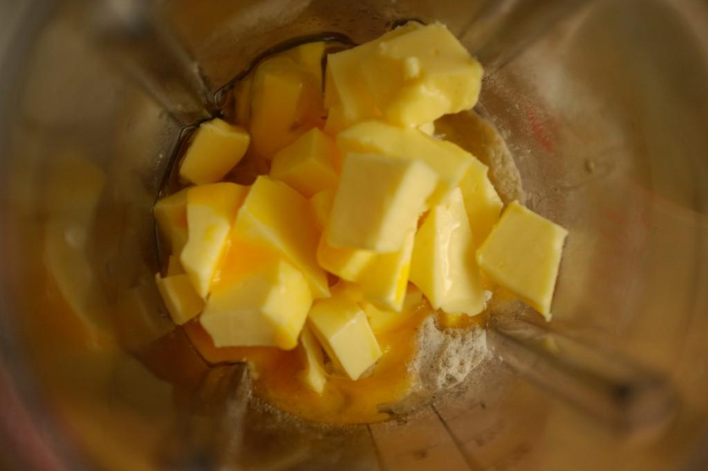Les ingrédients pour la pâte à tarte dans le bol de blender