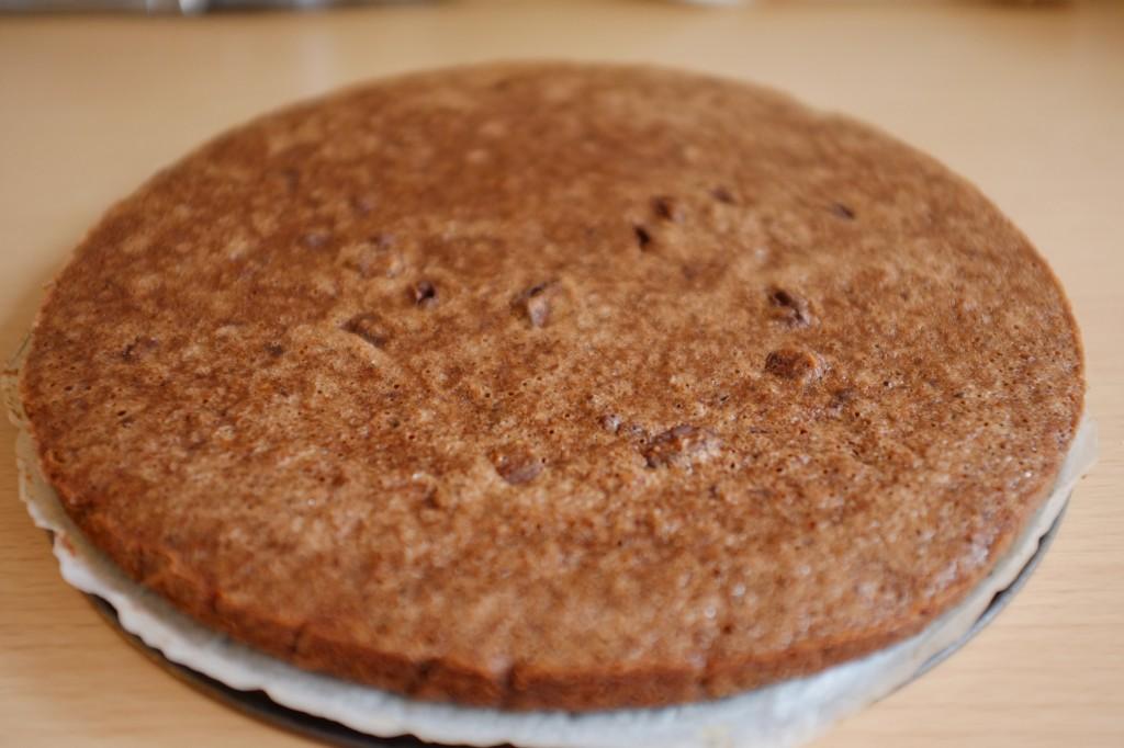 La tarte chocolat-noisette-orange est démoulée