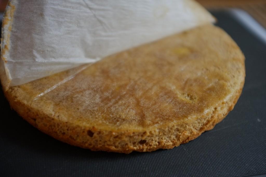 Le gâteau sans gluten renversé à l'enfer, je pèle le papier cuisson du fond
