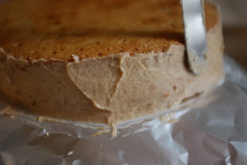 Les bords des gâteaux sans gluten sont lissés par le reste de la garniture à la crème de marron