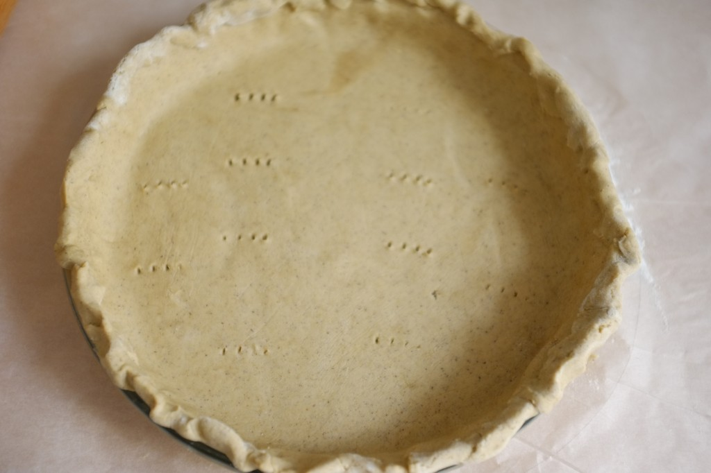 La pâte sans gluten avant d'être précuite, piquée à la fourchette