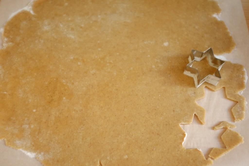 La pâte sans gluten est étalée entre deux feuille de papier cuisson farinées...Ici, emporte pièce étoile