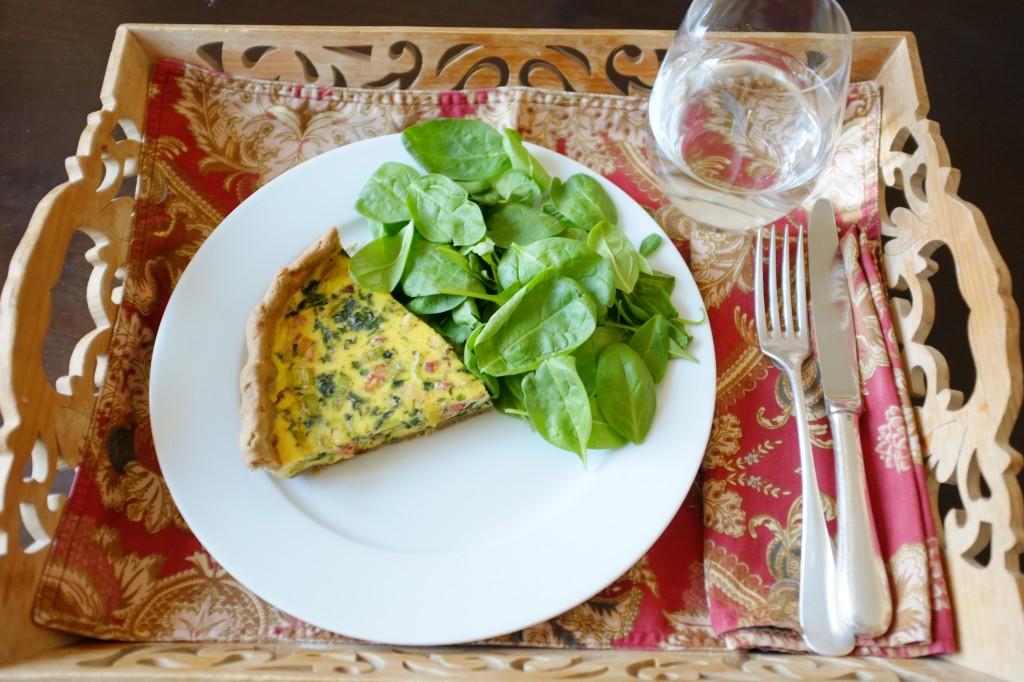 La quiche sarrasin aux poireau, épinard et lardon pour un plateau télé sans gluten