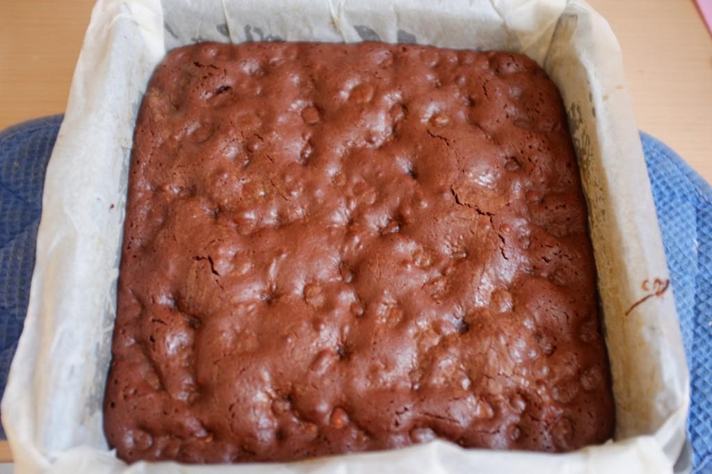 Le brownie sans gluten au chocolat et aux noisettes à la sortie du four