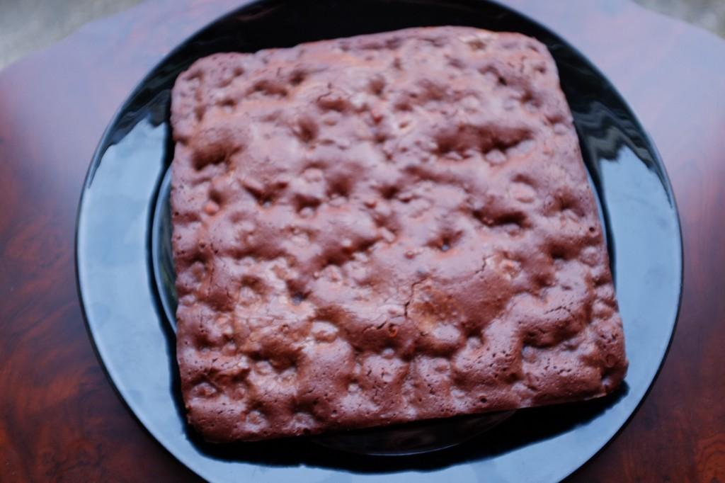 Le brownie sans gluten chocolat et aux noisettes prêt a être dévoré...