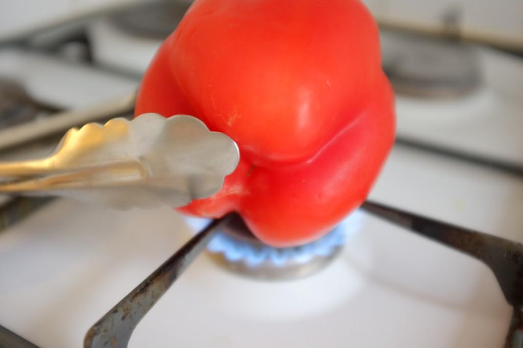 Je grille le poivron directement sur la flamme.
