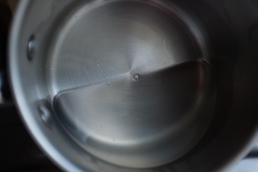 L'huile de noix de coco est transparente et liquide une fois fondue