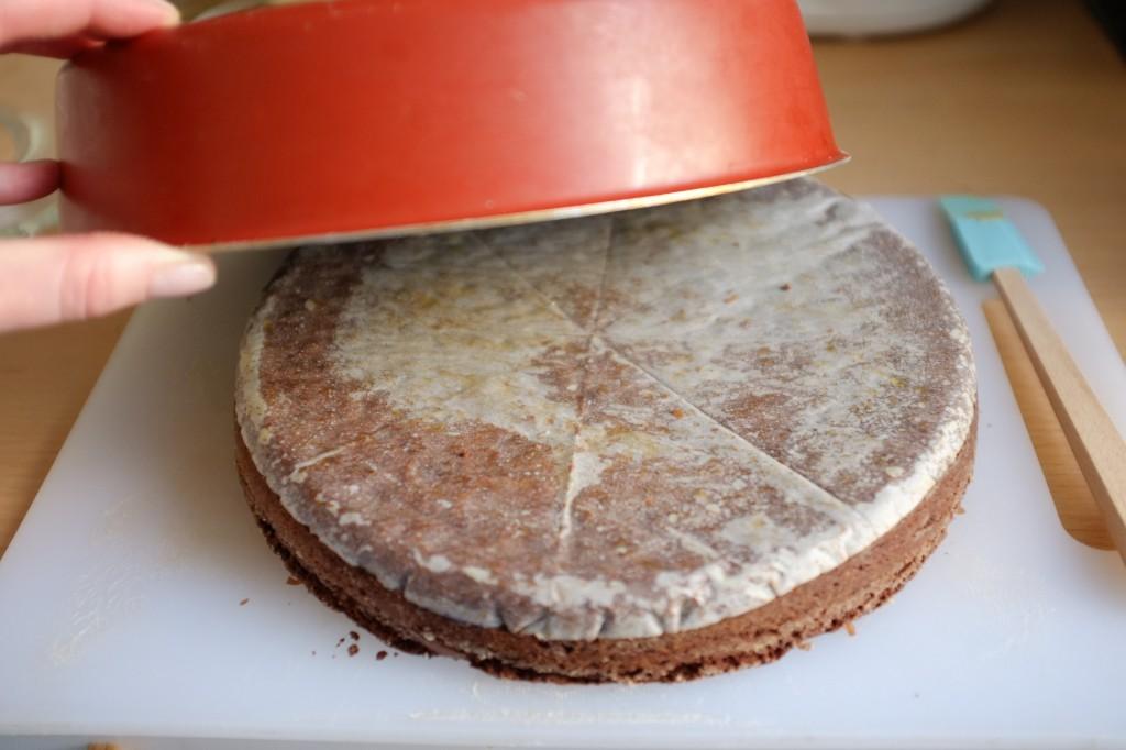 Le brownie sans gluten est démoulé à l'envers.