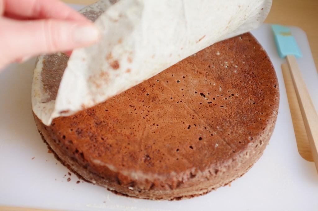 """Le papier cuisson du fond du  brownie sans gluten est """"pelé""""."""