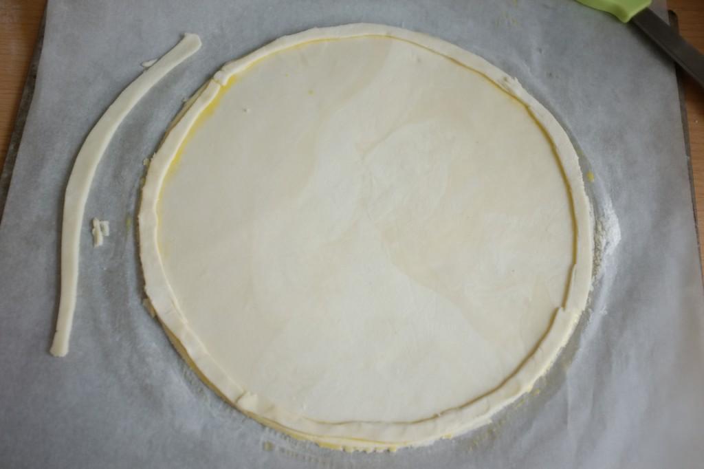 J'utilise les fines lamelles de pâte sans gluten pour fabriquer une bordure qui va retenir la frangipane pendant la cuisson. Je passe le glaçage aussi sur les bordures en pâte.