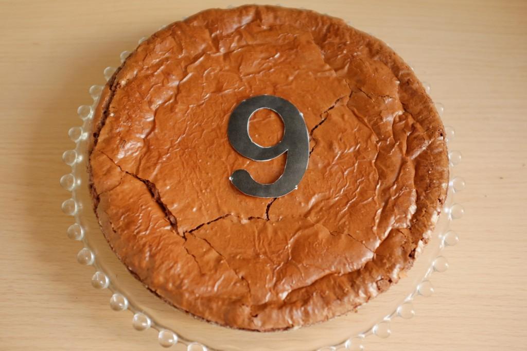 Le chiffre, cette année 9, est déposé sur le brownie sans gluten