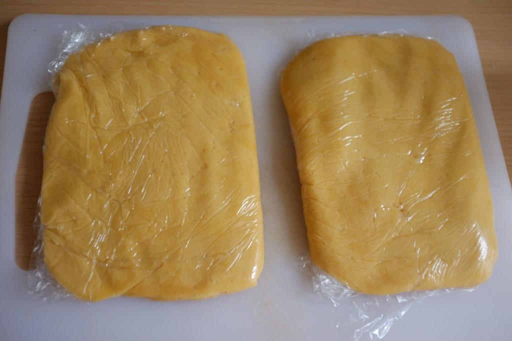 Les deux parties de pâte sans gluten sont enveloppées dans du film fraîcheur.