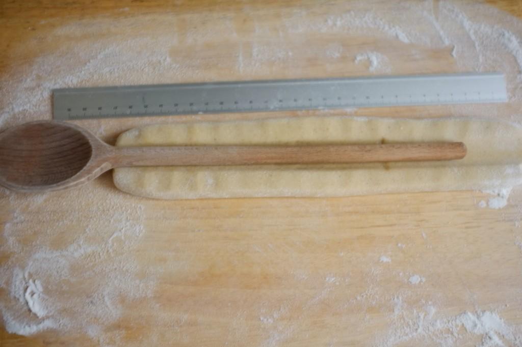 Utiliser le manche d'une cuillère en bois pour former une petite tranchée