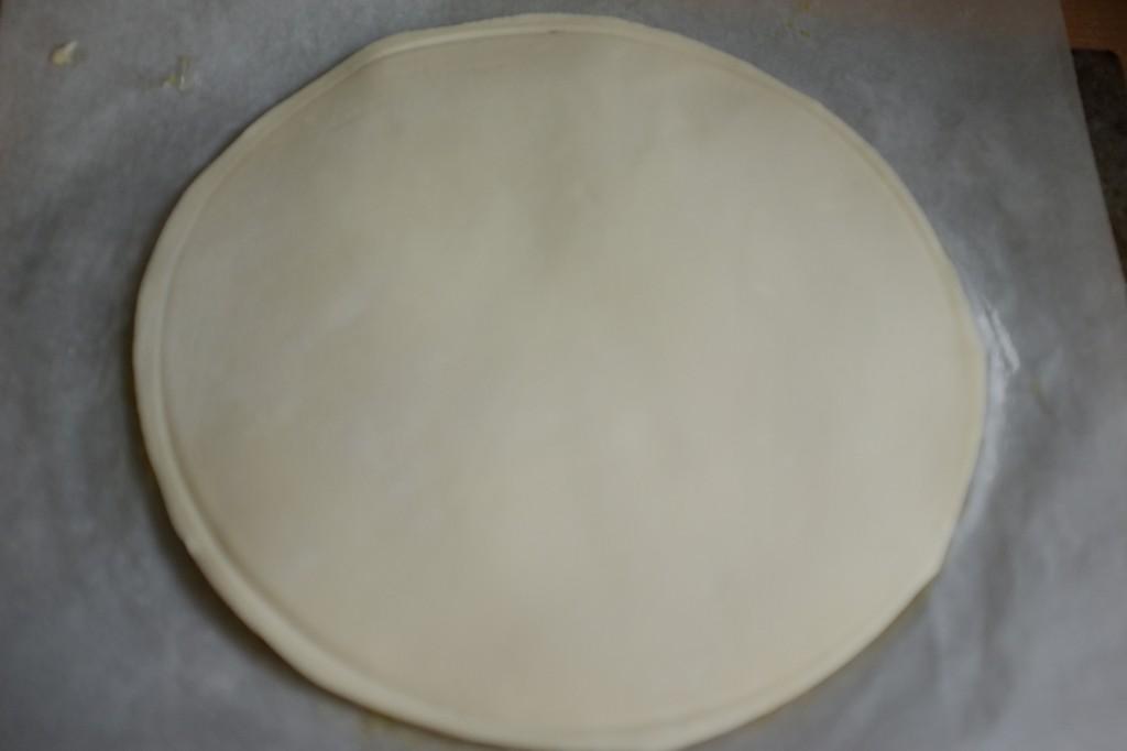 Déposer la pâte feuilletée sans gluten sur le dessus.