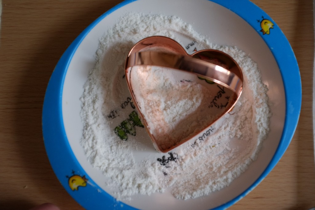 pour éviter que l'emporte-pièce accroche la pâte sans gluten, je le farine dans de la farine de riz