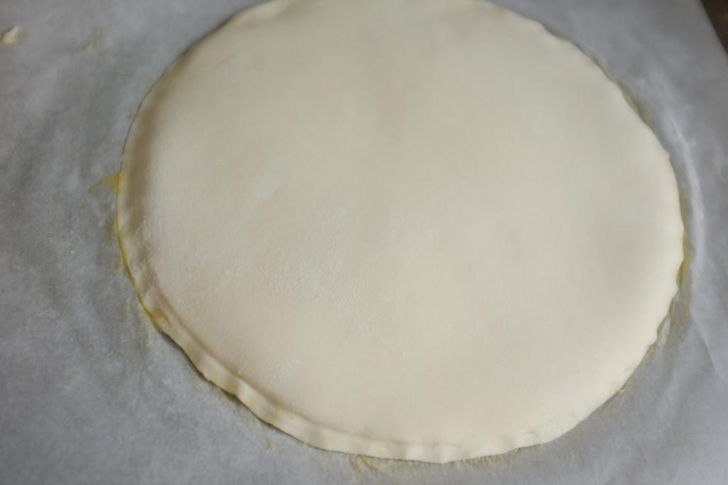 Le centimètre de différence permet de fermer les deux pâtes ensemble tout en respectant l'épaisseur de la garniture en frangipane.