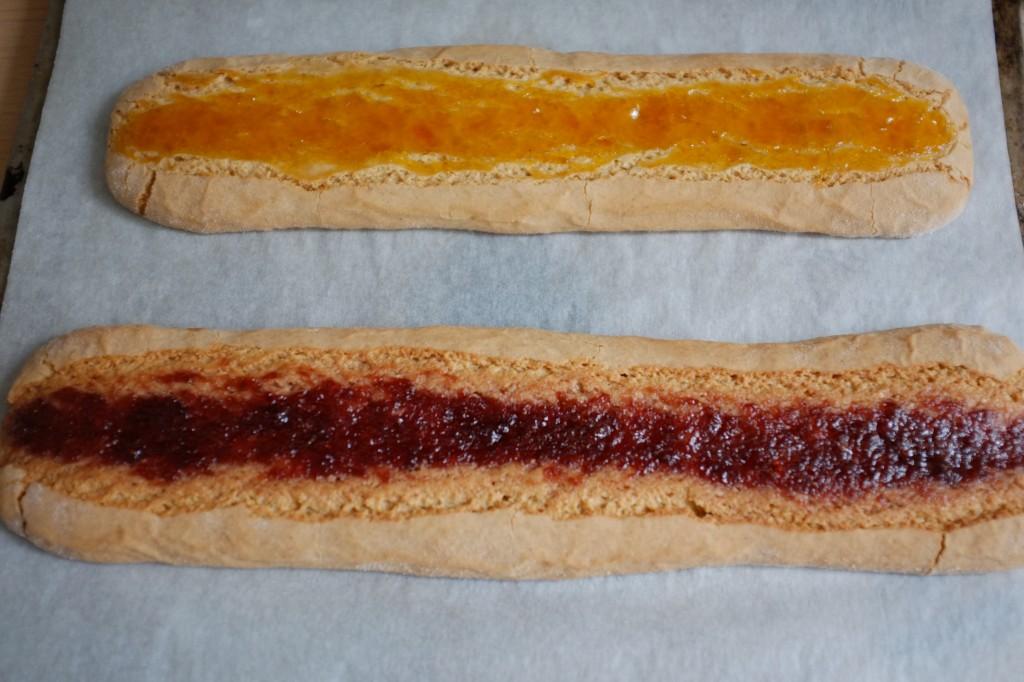 Les biscuits amaretti sans gluten à la confiture fraise et abricot à la sortie du four