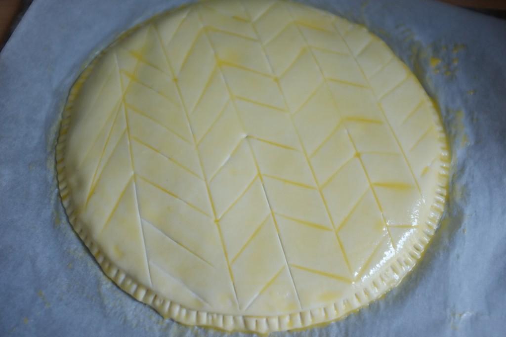 La galette sans gluten avant d'être enfournée, badigeonnée de glaçage.