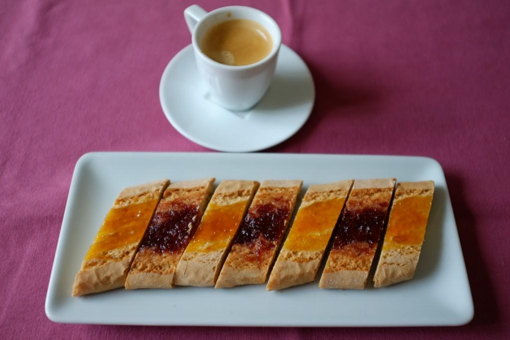 Les biscuits amaretti sans gluten à la confiture