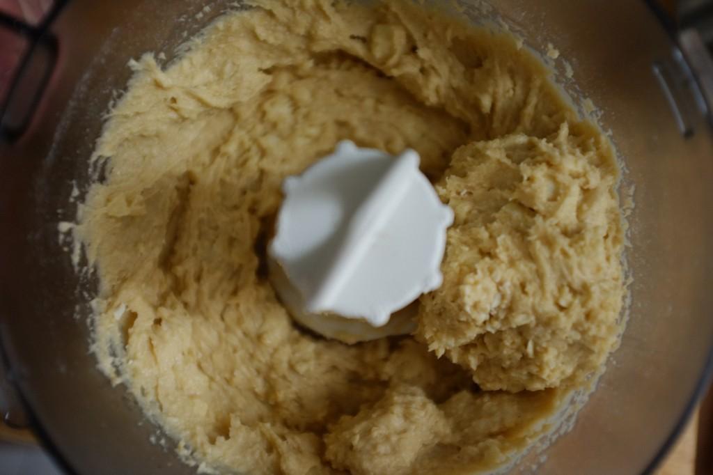 La pâte des cookies sans gluten aux pépites de chocolat blanc