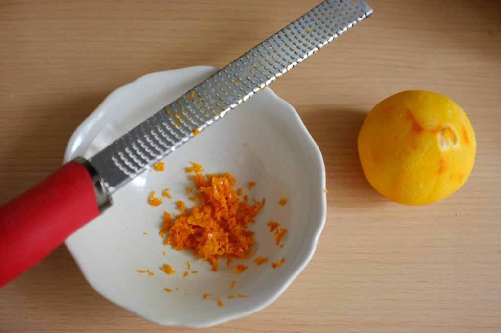 Le zeste d'une orange entière pour les biscotti sans gluten orange, amande et chocolat noir