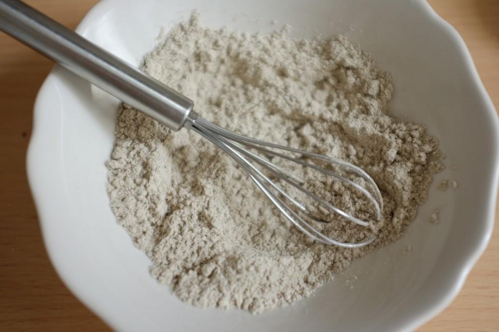 Pour cette recette sans gluten, j'utilise juste de la farine de sarrasin, ici mélanger à la pincée de sel pour la recette.