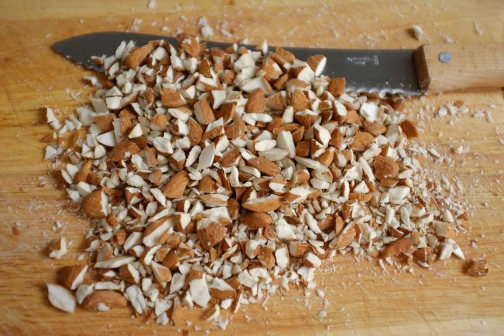 Je coupe les amandes en petits moraux à l'aide d'un couteau à pain