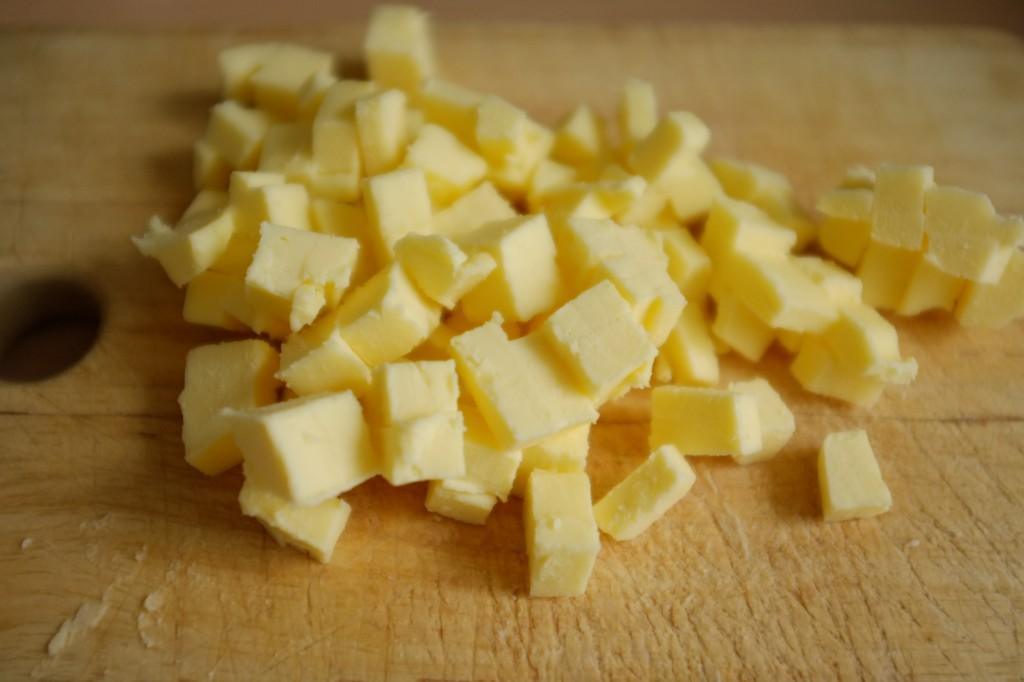 Le beurre est bien froid et coupé en tout petits morceaux