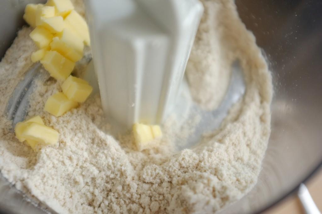 Cette recette sans gluten de fait avec la lame couteau du mixeur, comme la pâte sablée.