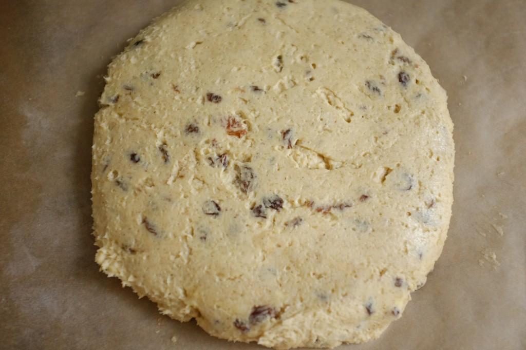 Je forme la pâte sans gluten en forme de cercle, un peu épais.