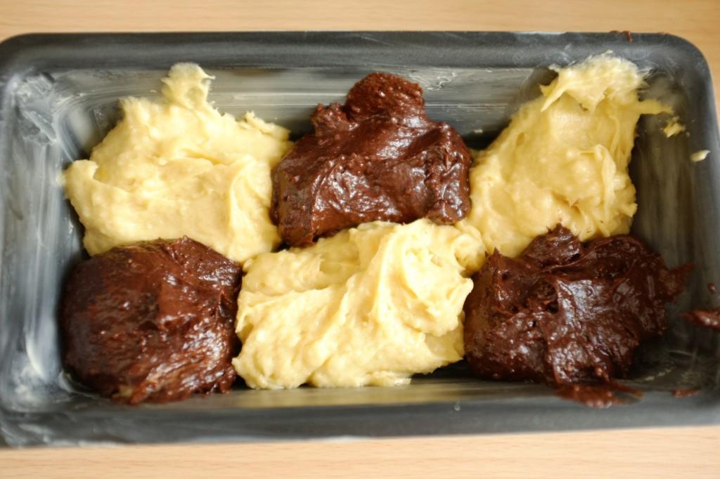 Puis j'alterne avec des boules de pâte sans gluten au chocolat, comme un damier d'échec