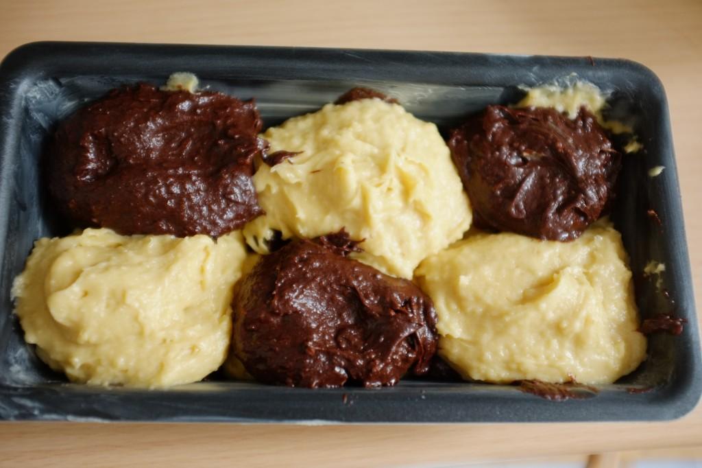 Pour la seconde couche, je positionne pâte à a vanille au dessus des boules chocolat et inversement, je positionne de la pâte chocolat au dessus des boules de pâte vanille.