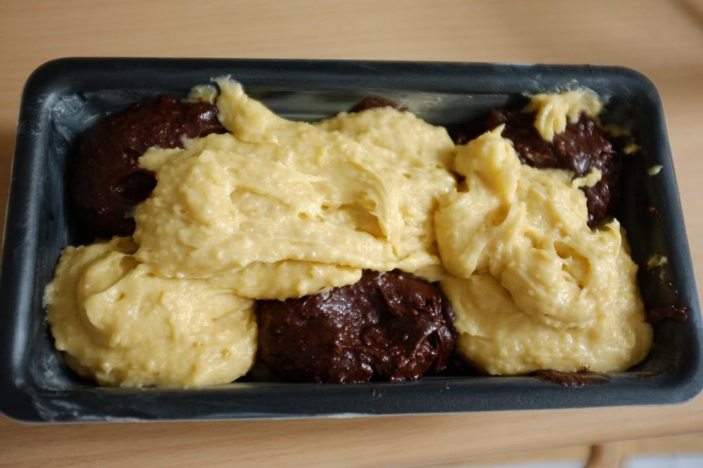La derni!re cuillère de pâte sans gluten à la vanille est déposée un peu en vrac sur le dessus