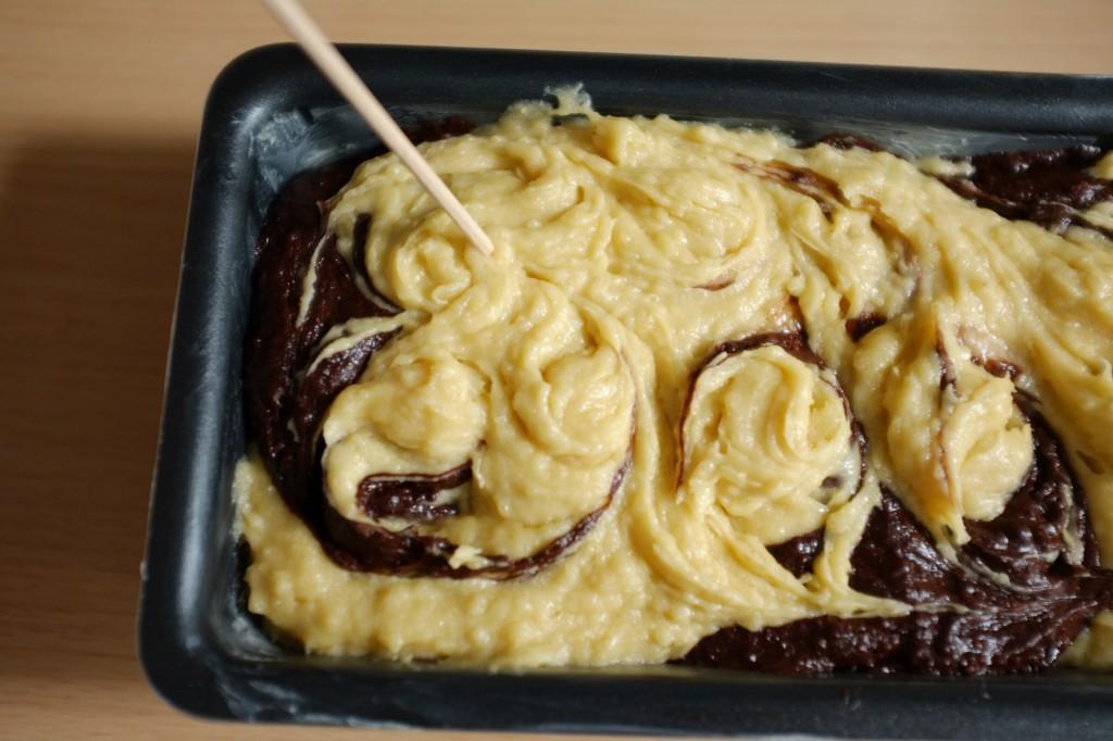 A l'aide d'une baguette en bois, je l'enfonce et dessine dans la pâte des torsades et  rosaces pour mélanger les deux pâtes: vanille et chocolat.