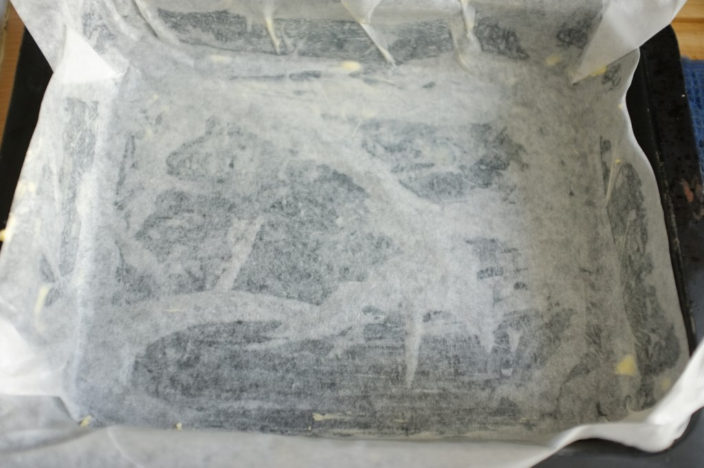 Le moule est préparé: beurré, recouvert de papier cuisson également beurré