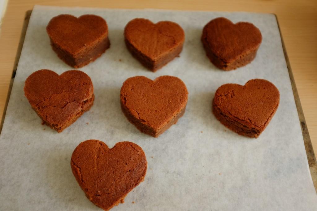 Les coeurs de brownie sont déposés sur une autre planche.