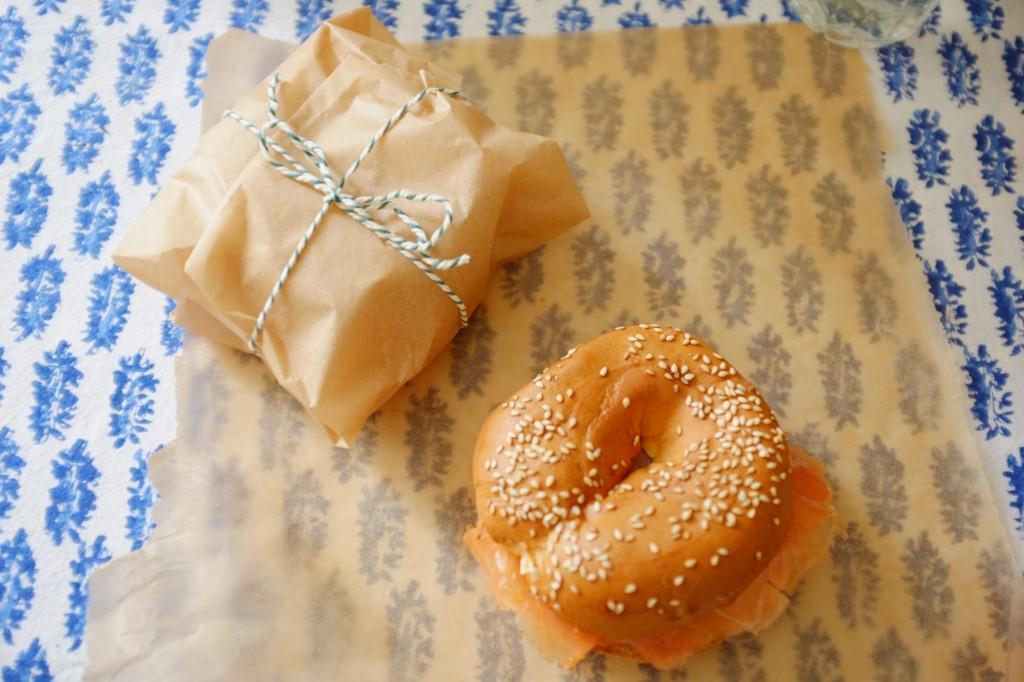 J'emballe mes bagels sans gluten dans du papier cuisson pour les transporter