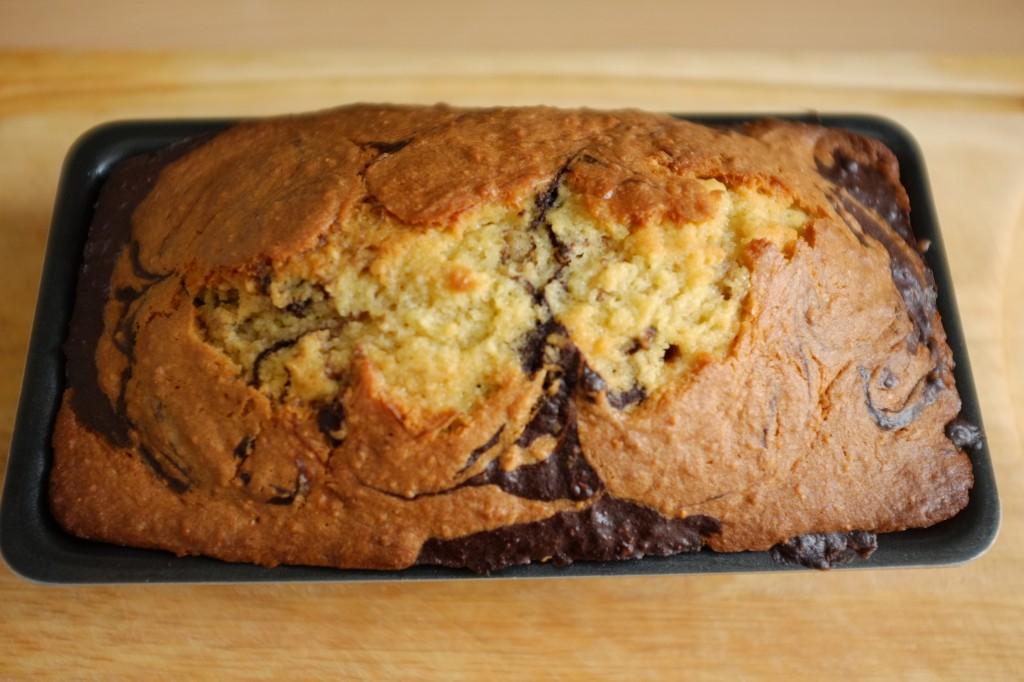 Le cake marbré sans gluten au chocolat à la sortie du four