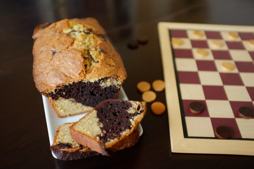 Le cake sans gluten marbré au chocolat prêt pour le goûter