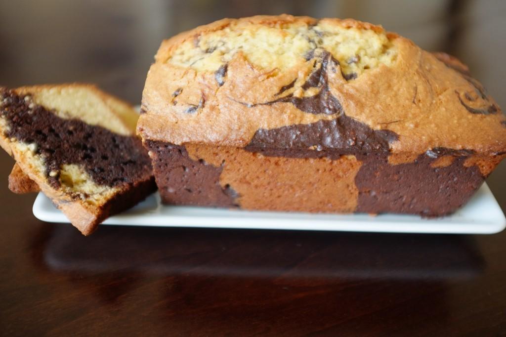 Le cake sans gluten marbré au chocolat de profil ressemble à un damier...
