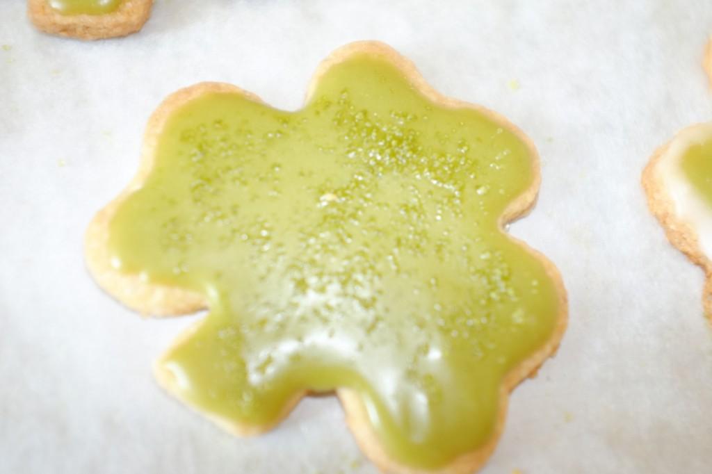 Je saupoudre le glaçage de sucre de canne , également coloré en vert, pour donner du relief...