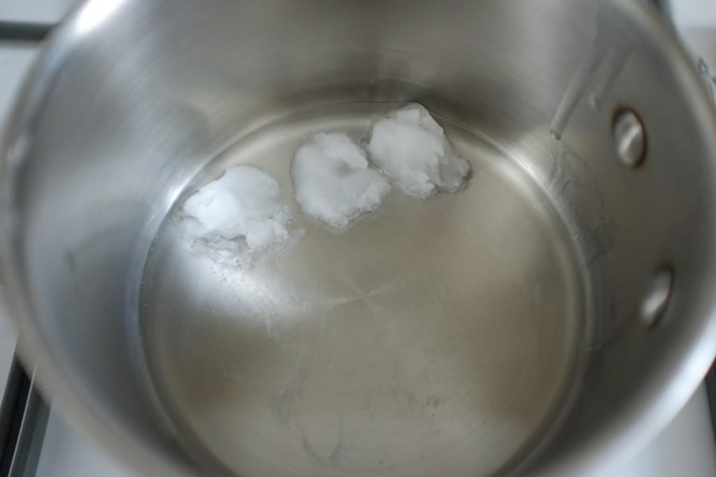 L'huile de noix de coco est solide à température ambiante et devient transparente lorsqu'elle fond