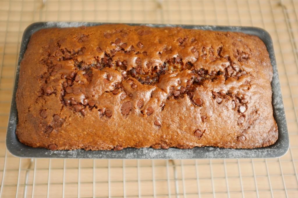 Le cake sans gluten banane-chocolat à la sortie du four
