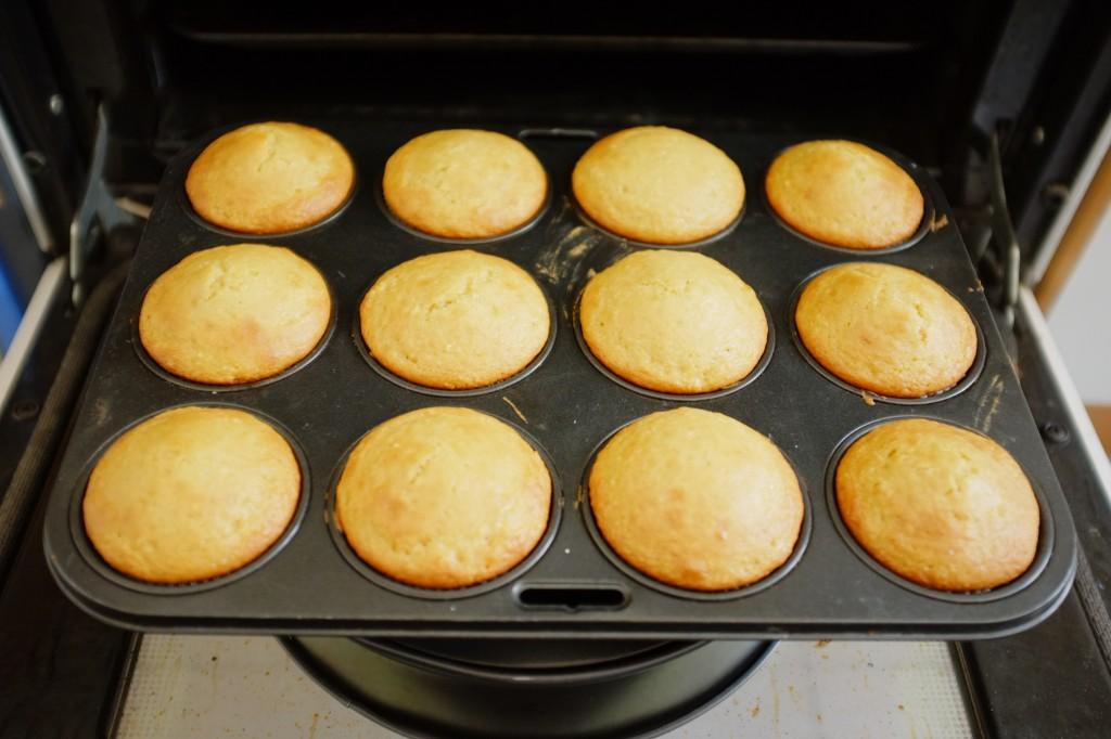 Les cupcakes vanille à la sortie du four: je les laisse 10 mn refroidir devant la grille du four pour éviter le choc thermique et qu'ils retombent...