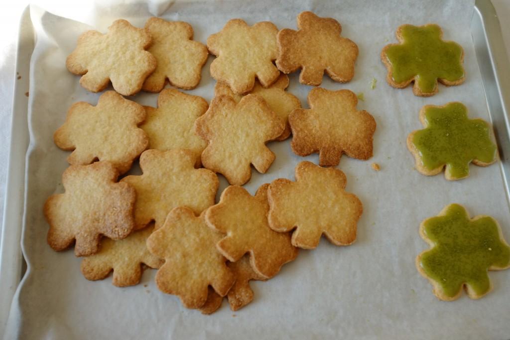 Les biscuits sans gluten en trèfle attendent d'être glacés