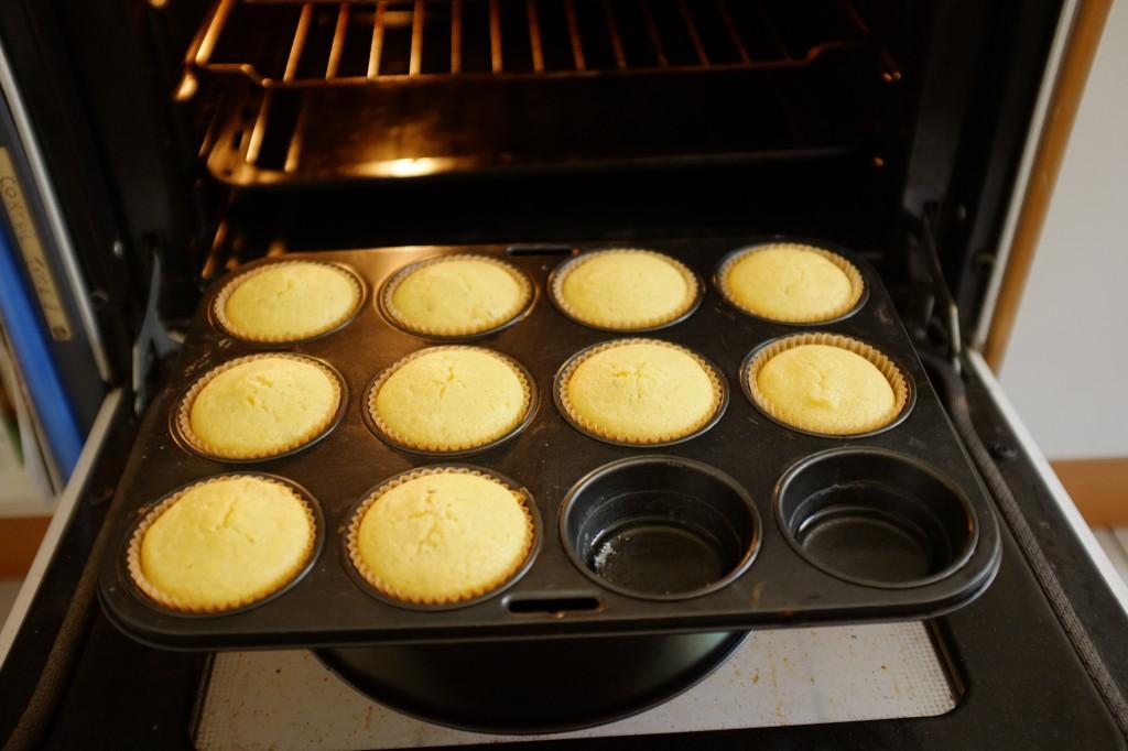 Je laisse reposer les muffins devant la porte de mon four ouvert 10mn.